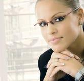 Giovane pensiero della donna di affari Immagini Stock