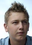 Giovane pensiero (teenager) biondo del ritratto dell'uomo fotografia stock