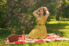 Giovane perno grazioso sulla ragazza che ha resto sulla natura giovane donna esile felice che porta vestito d'annata che si siede immagini stock