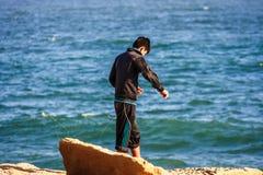 Giovane pesca del ragazzo in Paracas, Perù fotografia stock libera da diritti