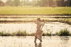 Giovane pesca dell'agricoltore nella palude Fotografia Stock Libera da Diritti