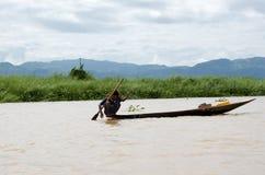 Giovane pescatore fuori per il pesce di mattina sul lago dell'intarsio Immagini Stock Libere da Diritti