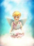 Giovane piccolo fatato biondo celeste della ragazza di angelo che si siede su una nuvola Fotografia Stock Libera da Diritti