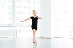 Giovane piccolo studente di dancing di balletto a classe A Fotografie Stock Libere da Diritti