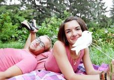 Giovane picnic dell'uomo e della donna delle coppie Immagini Stock