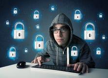 Giovane pirata informatico con i simboli e le icone virtuali della serratura Fotografie Stock Libere da Diritti