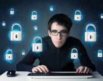 Giovane pirata informatico con i simboli e le icone virtuali della serratura Fotografia Stock Libera da Diritti