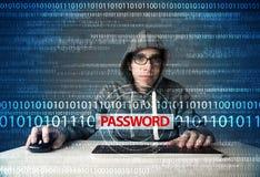 Giovane pirata informatico del geek che ruba parola d'ordine Fotografia Stock