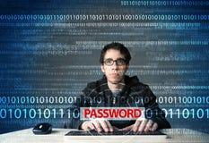 Giovane pirata informatico del geek che ruba parola d'ordine Immagine Stock