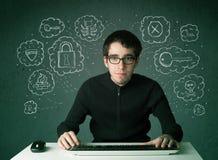 Giovane pirata informatico del nerd con il virus ed i pensieri di incisione Immagine Stock