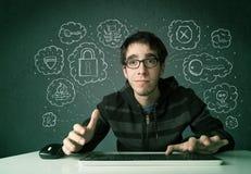 Giovane pirata informatico del nerd con il virus ed i pensieri di incisione Fotografie Stock Libere da Diritti