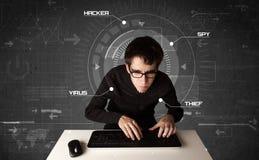 Giovane pirata informatico nell'ambiente futuristico che incide informati personale Fotografie Stock Libere da Diritti