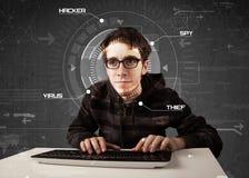 Giovane pirata informatico nell'incisione futuristica dell'ambiente Fotografie Stock