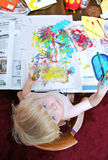 Giovane pittura del ragazzo alla tabella Fotografia Stock Libera da Diritti
