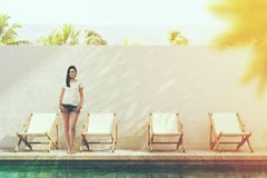 Giovane poolside vicino turistico in una località di soggiorno Fotografia Stock Libera da Diritti