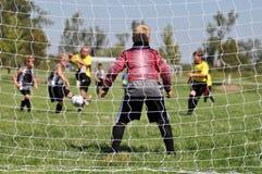 Giovane portiere di calcio attraverso il reticolato Fotografie Stock Libere da Diritti