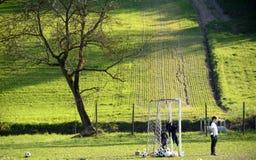 Giovane portiere in un campo di calcio del paese Fotografie Stock