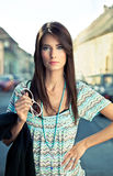 Giovane posa castana attraente. Immagini Stock Libere da Diritti