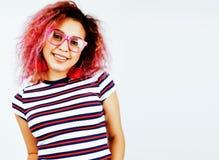 Giovane posa emozionale sorridente felice dell'adolescente dell'America latina del mulatto sul fondo bianco, concetto della gente Immagini Stock
