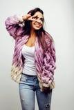 Giovane posa emozionale sorridente felice dell'adolescente dell'America latina sul fondo bianco, concetto della gente di stile di Immagine Stock Libera da Diritti