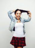 Giovane posa emozionale sorridente felice dell'adolescente dell'America latina sul fondo bianco, concetto della gente di stile di Immagini Stock Libere da Diritti