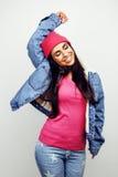 Giovane posa emozionale sorridente felice dell'adolescente dell'America latina sul fondo bianco, concetto della gente di stile di Fotografia Stock