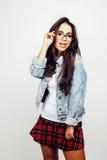 Giovane posa emozionale sorridente felice dell'adolescente dell'America latina sul fondo bianco, concetto della gente di stile di Fotografia Stock Libera da Diritti