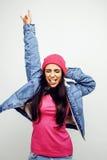 Giovane posa emozionale sorridente felice dell'adolescente dell'America latina sul fondo bianco, concetto della gente di stile di Fotografie Stock