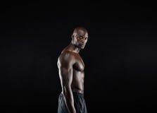 Giovane posa maschio africana maschile del modello senza camicia Fotografia Stock