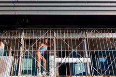 Giovane posa sportiva della donna fotografia stock