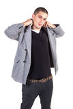 Giovane posizione maschio del modello di modo. fotografie stock