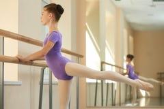 Giovane pratica della ballerina sulla sbarra Fotografie Stock Libere da Diritti