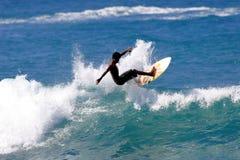 Giovane praticare il surfing teenager Immagini Stock Libere da Diritti