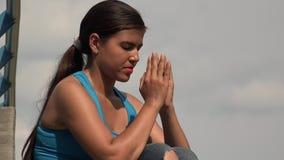 Giovane pregare della femmina stock footage