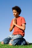 Giovane preghiera del maschio Immagini Stock