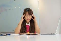 Giovane preoccupazione della donna di affari circa il grande problema Immagini Stock