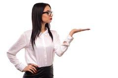 Giovane presentazione attraente alla moda della donna di affari isolata Fotografia Stock