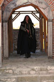 Giovane principe medioevale con il saber ed il mantello nero Fotografia Stock
