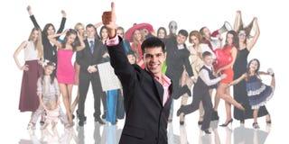 Giovane priorità alta dell'uomo d'affari con la folla della gente Fotografia Stock
