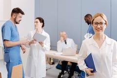 Giovane professionista femminile che partecipa alla conferenza medica sul lavoro Fotografia Stock