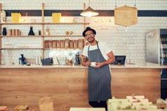 Giovane proprietario di caffetteria felice fotografie stock libere da diritti