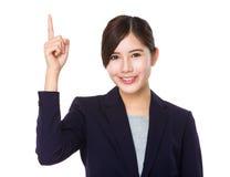Giovane punto asiatico del dito della donna di affari su fotografia stock libera da diritti