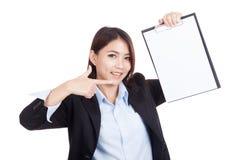 Giovane punto asiatico della donna di affari per soppressione lavagna per appunti fotografie stock