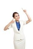 Giovane punto asiatico della donna di affari su e pollici su Immagini Stock Libere da Diritti