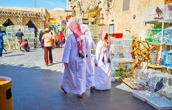 Giovane Qataris nel mercato degli uccelli, Souq Waqif, Doha, Qatar Fotografia Stock Libera da Diritti