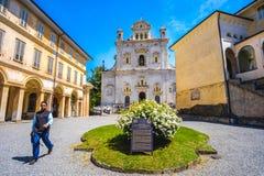 Giovane quadrato di Varallo Sacro Monte della chiesa del sacerdote - Piemonte - Ital fotografia stock libera da diritti