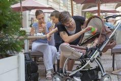 Giovane quattro padre all'aperto della famiglia Baby Immagine Stock