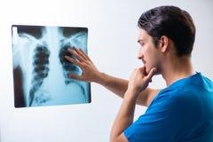 Giovane radiologyst bello di medico che lavora nell'ospedale Fotografia Stock