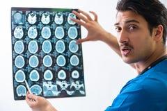 Giovane radiologyst bello di medico che lavora nell'ospedale Fotografie Stock