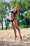 Giovane ragazza acrobatica Fotografia Stock Libera da Diritti